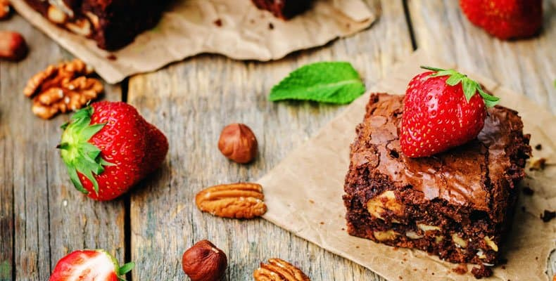 brownie de harina integral con frutillas